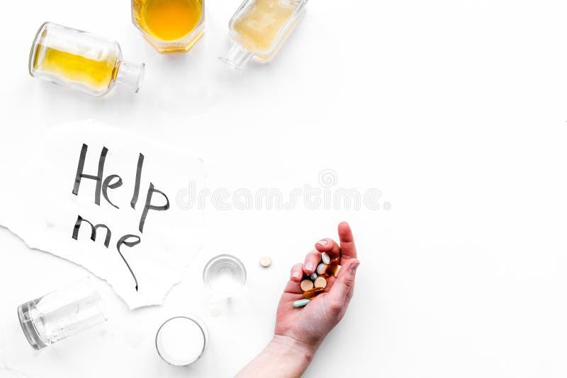 酒精中毒治疗 玻璃、瓶和药片 在上写字在白色背景顶视图拷贝空间帮助我 库存照片