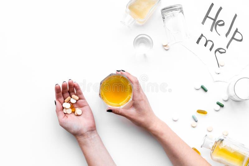酒精中毒治疗 玻璃、瓶和药片 在上写字在白色背景顶视图拷贝空间帮助我 库存图片