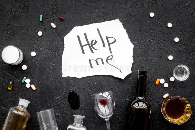酒精中毒治疗 玻璃、瓶和药片 在上写字在黑背景顶视图帮助我 库存照片