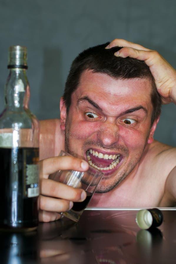 酒精中毒:难看的东西漂白了一个孤独和绝望被喝的西班牙人的画象 免版税库存图片