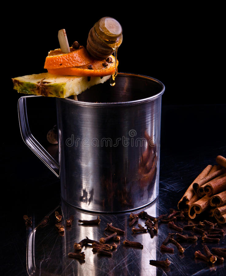 酒精冬天水果的鸡尾酒 免版税图库摄影