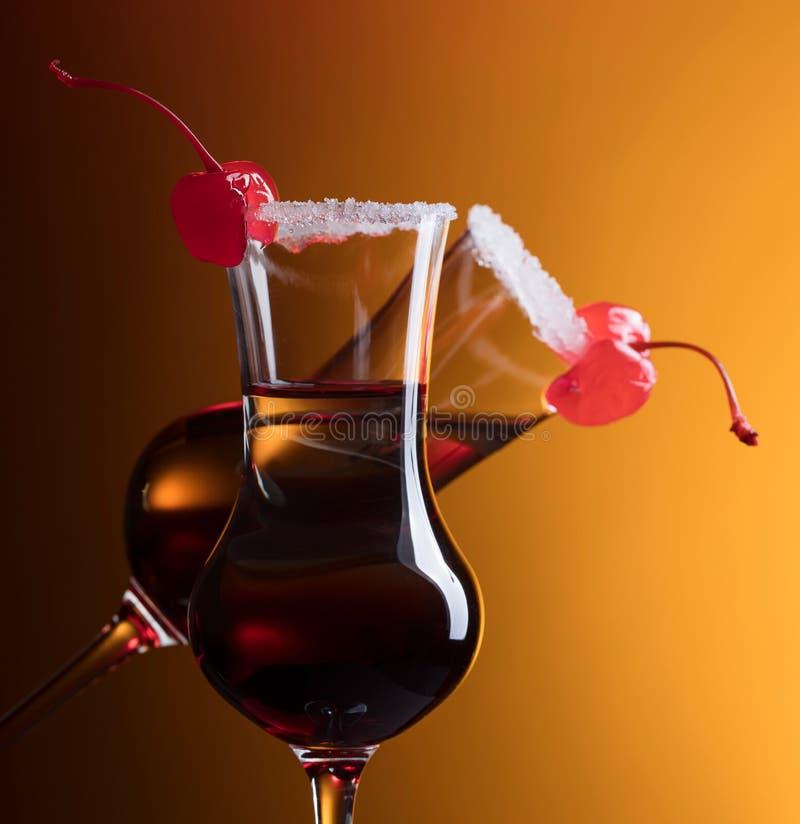 酒精分层了堆积射击鸡尾酒装饰用樱桃和糖 库存图片