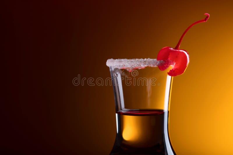 酒精分层了堆积射击鸡尾酒装饰用樱桃和糖 图库摄影