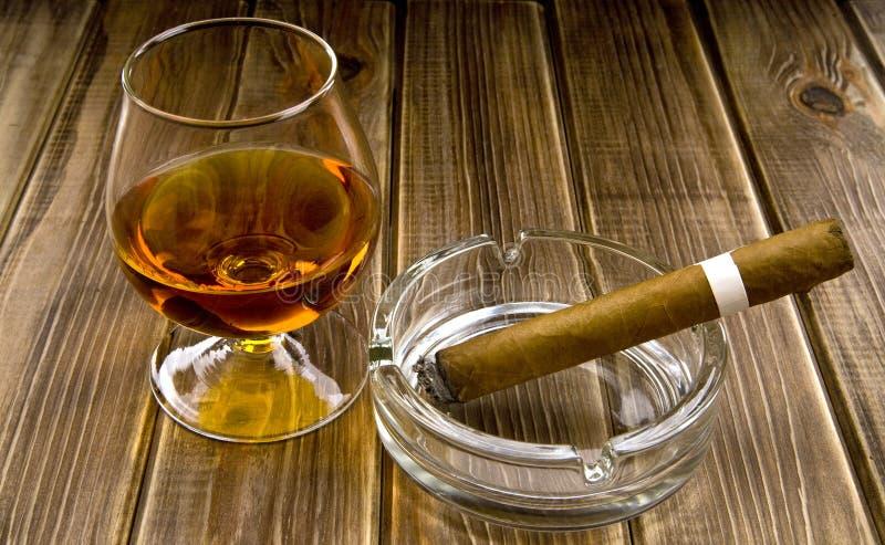 酒精和抽烟 免版税库存照片