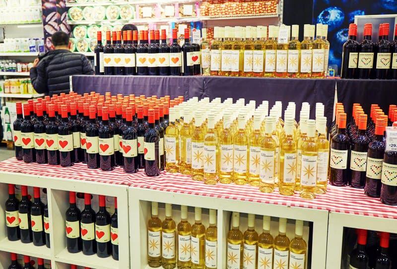 酒精和酒在超级市场 库存图片