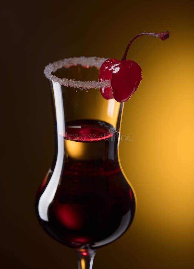酒精层状射击鸡尾酒装饰用樱桃 库存图片