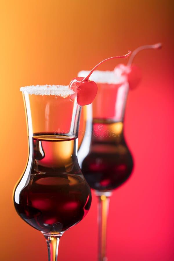 酒精层状射击鸡尾酒装饰用樱桃 库存照片