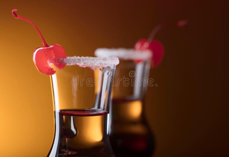 酒精层状射击鸡尾酒装饰用樱桃 免版税库存图片