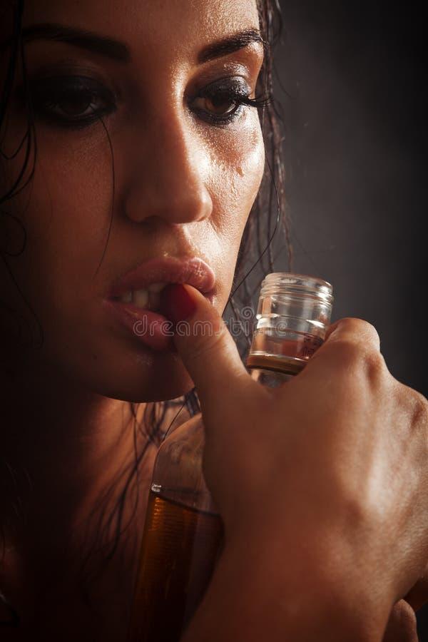酒精瓶饮料纵向哀伤的妇女 免版税库存图片