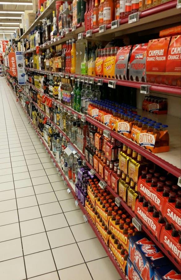 酒精部门在超级市场 库存照片