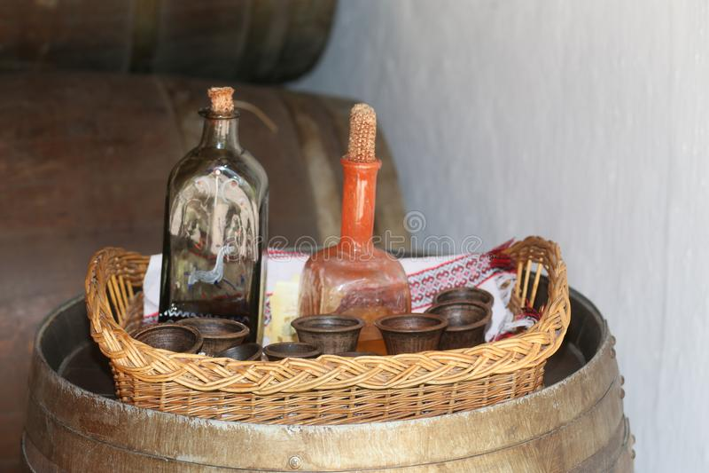 酒精酊减速火箭的瓶eco葡萄酒篮子 免版税图库摄影