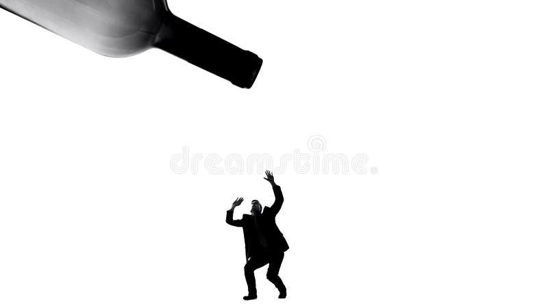酒精饮料下落杀害人,瘾问题,对健康的恶性影响 库存照片