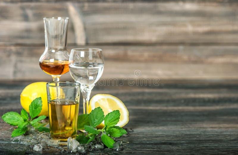 酒精饮料冰柠檬薄荷留下威士忌酒杜松子酒兰姆酒伏特加酒 库存照片