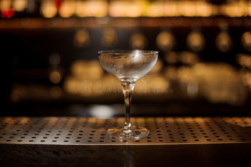 酒精饮料的典雅的空的misted鸡尾酒杯 免版税库存图片