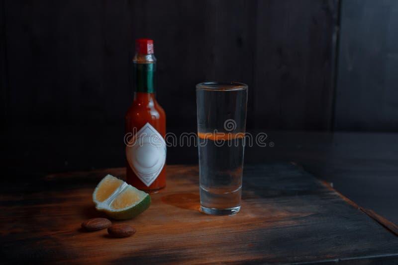 酒精鸡尾酒'红色狗'sambuca和红色塔巴斯科州调味汁 图库摄影