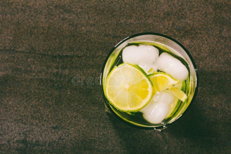 酒精鸡尾酒有从abov的绿色柠檬和冰特写镜头视图 库存图片