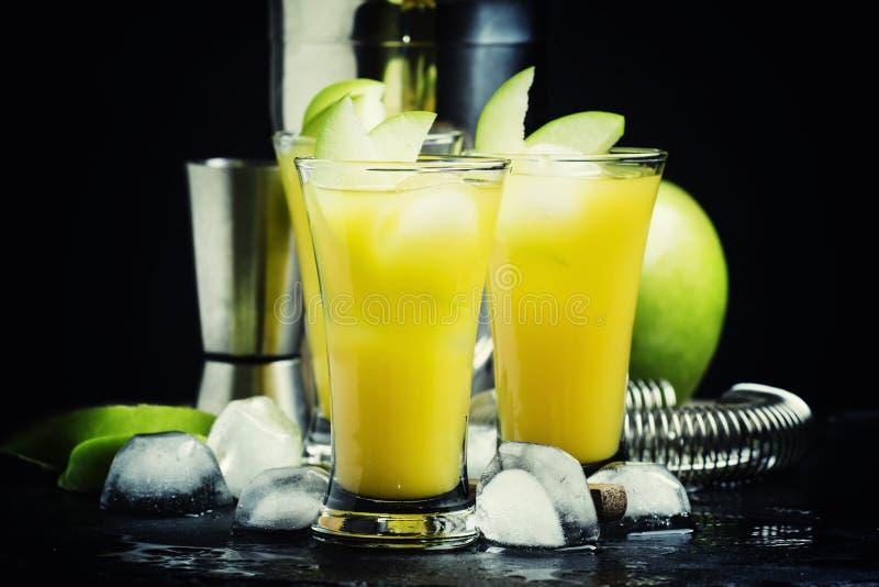 酒精鸡尾酒槭树苹果、威士忌酒、糖浆、汁液和冰, b 库存照片