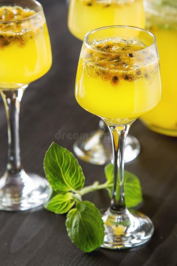 酒精鸡尾酒用新鲜的西番莲果用薄菏和冰 d 免版税图库摄影