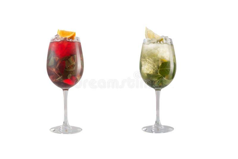 酒精鸡尾酒用薄菏、果子和莓果在白色背景 一套在玻璃觚的两个鸡尾酒在一条长的腿 免版税库存图片