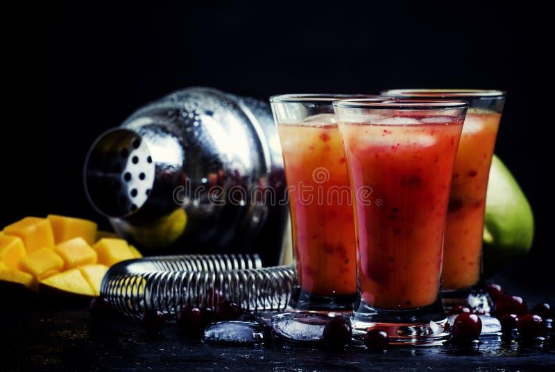 酒精鸡尾酒芒果和蔓越桔利口酒用糖浆,汁液 库存图片