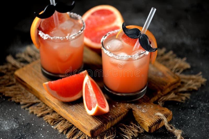 酒精鸡尾酒`咸狗`用新鲜伏特加酒、的葡萄柚,海盐和冰 免版税图库摄影