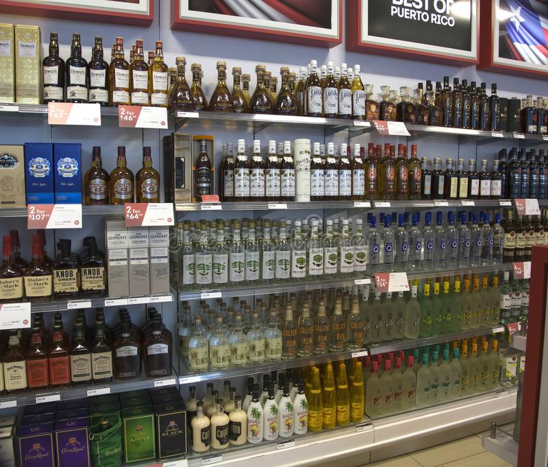 酒被卖在雷斯姆诺兹马林圣胡安机场里面在波多黎各 免版税图库摄影
