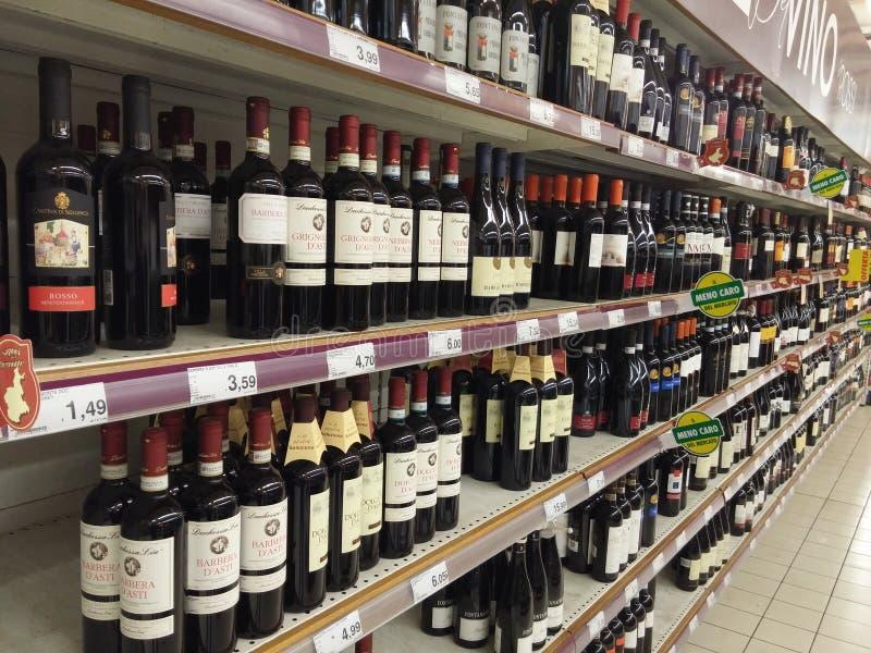 酒部门在超级市场 库存图片