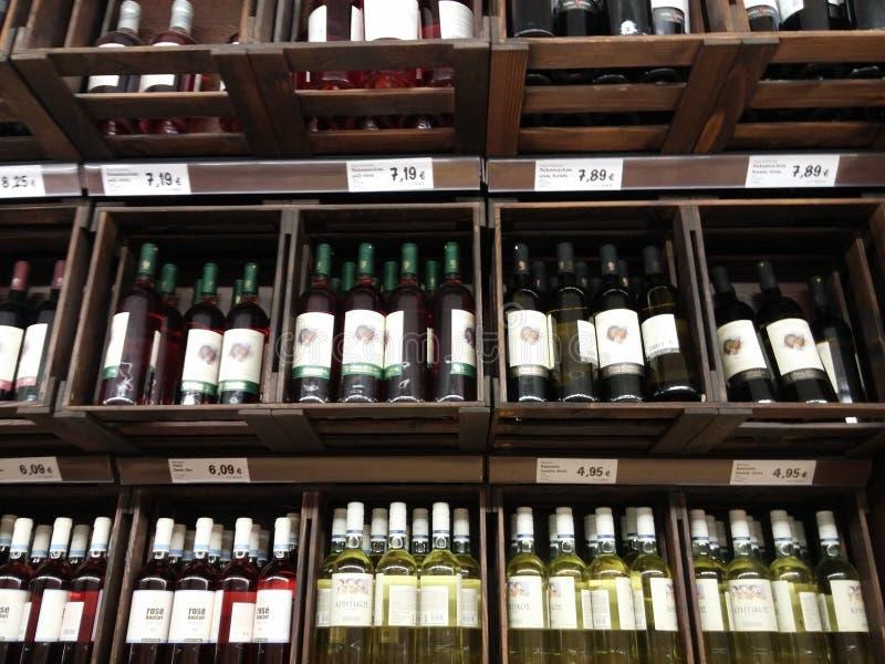 酒部门在超级市场 免版税库存照片