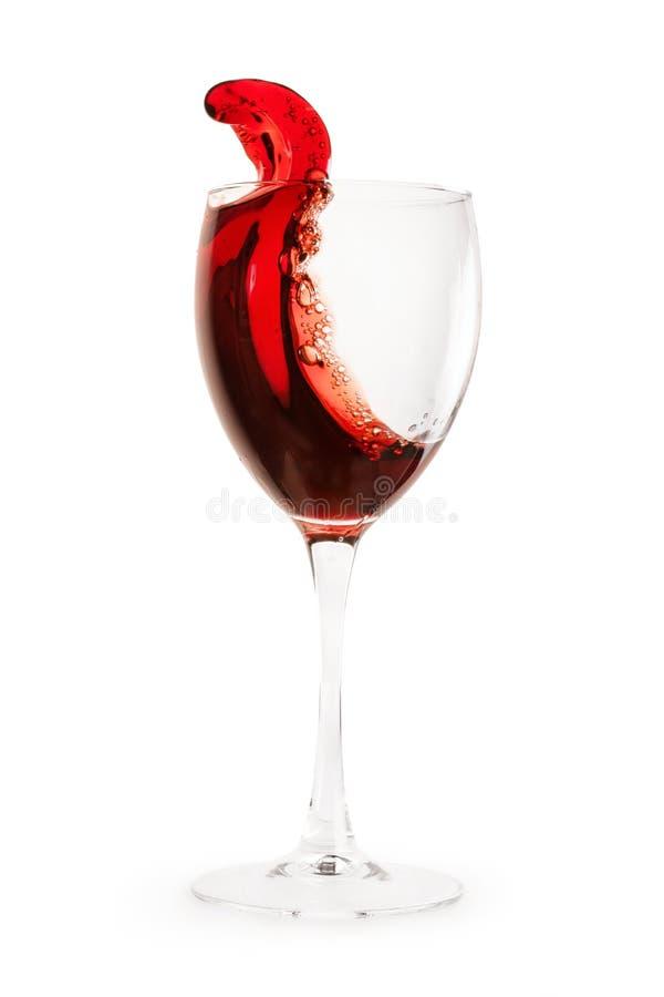 酒飞溅到玻璃里隔绝与裁减路线 免版税库存照片