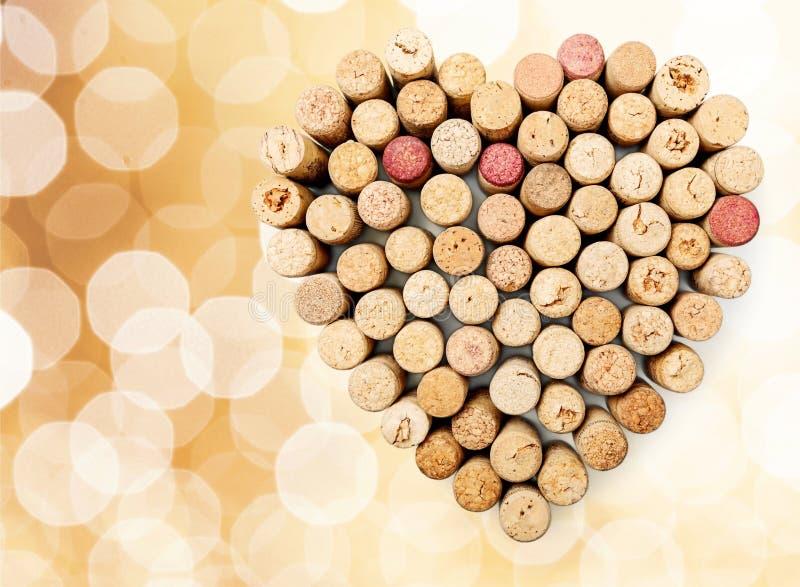 酒黄柏在心脏在轻的背景塑造 免版税库存图片