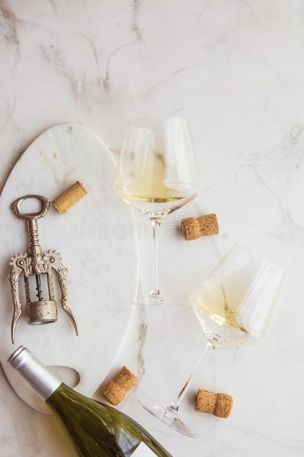 酒conzept背景eine黄柏和glas在marmor背景 库存图片