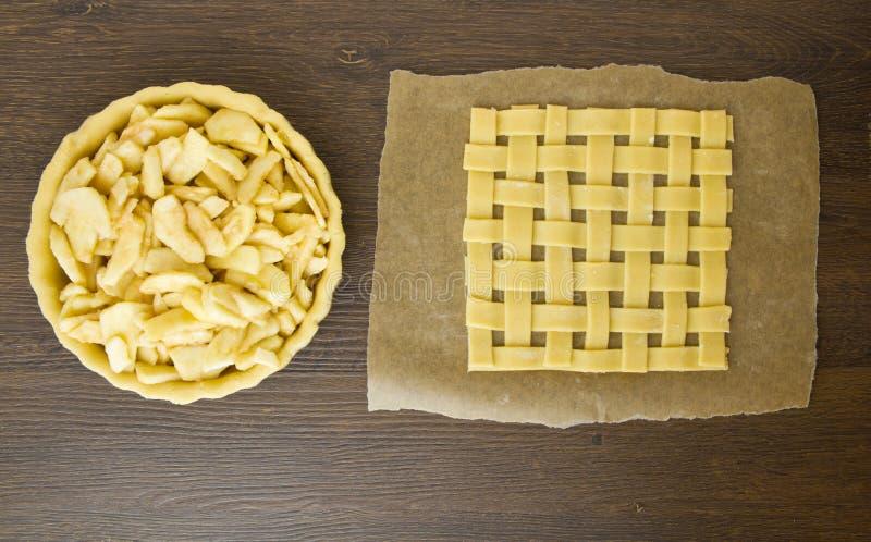 酥皮点心与馅饼外皮的格子上面用苹果填装了 免版税库存图片