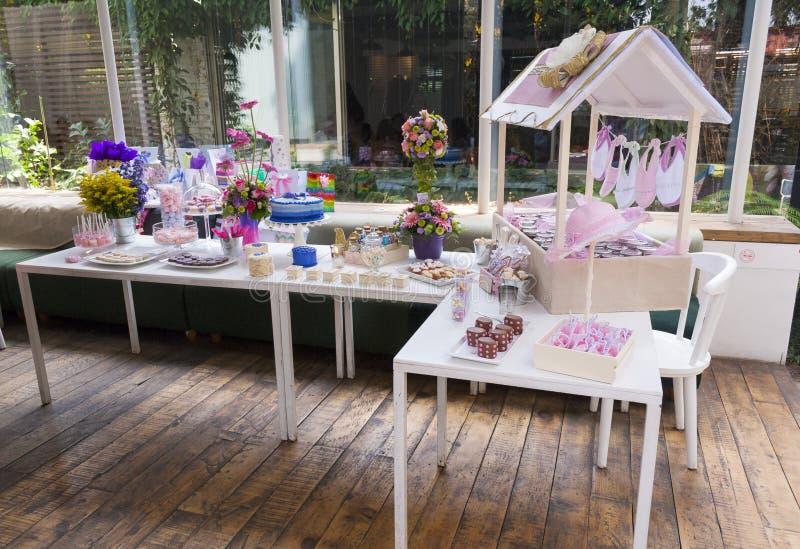 酥皮点心儿童的党细节、蛋糕欢欣和快餐,在儿童的党的甜点心 免版税库存照片