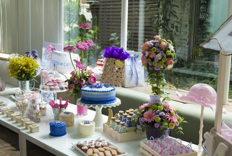 酥皮点心儿童的党细节、蛋糕欢欣和快餐,在儿童的党的甜点心 库存照片
