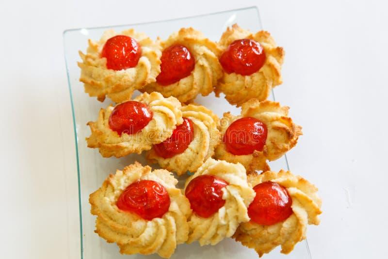 从酥皮点心的甜曲奇饼用樱桃 库存图片