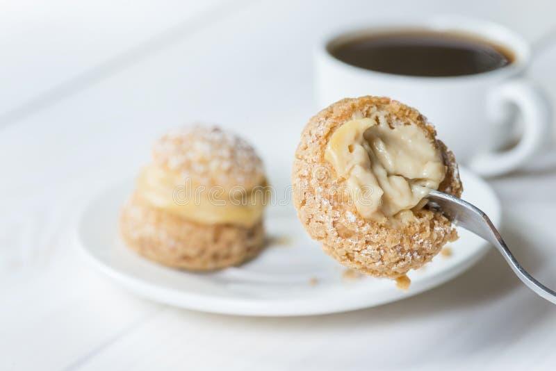 酥皮点心shu片断在叉子的,吃蛋糕用咖啡 库存图片
