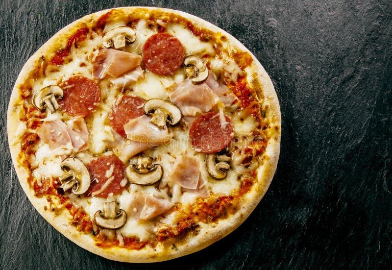 酥脆传统外带的意大利薄饼 库存照片
