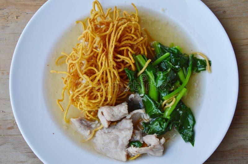 酥脆在小汤的鸡蛋面用中国无头甘蓝和猪肉调味 库存照片