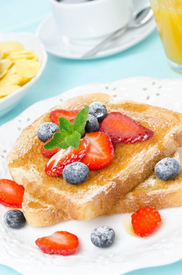 酥脆多士用蜂蜜,新鲜的莓果,咖啡,汁液 免版税图库摄影