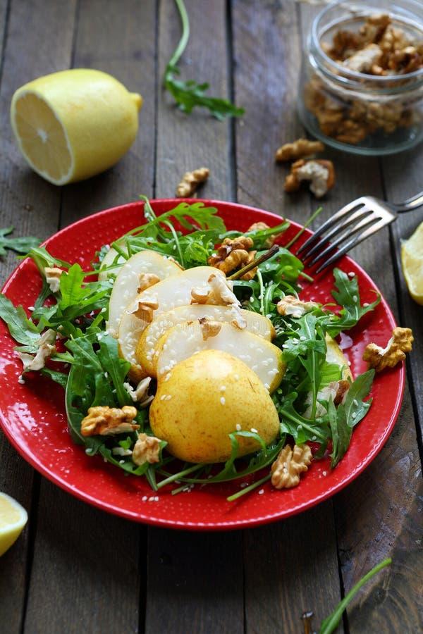 酥脆沙拉用梨和核桃 免版税库存照片
