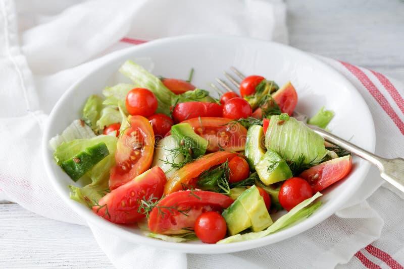 酥脆沙拉用蕃茄和鲕梨 免版税库存图片