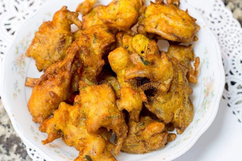 酥脆葱pakora或bhajis或者pakoda, iftar的赖买丹月的油煎的印地安快餐 免版税库存图片
