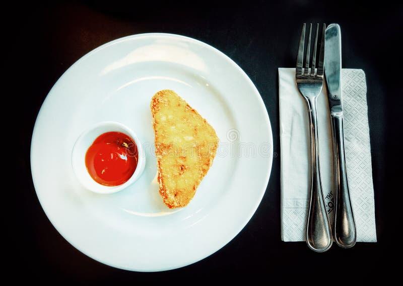 酥脆马铃薯煎饼用不越位的番茄酱 免版税库存图片