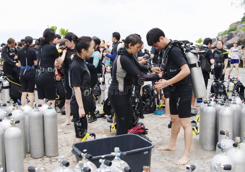 酸值南管,泰国- 2013年10月22日:佩戴水肺的潜水的潜水者设备和队  库存图片