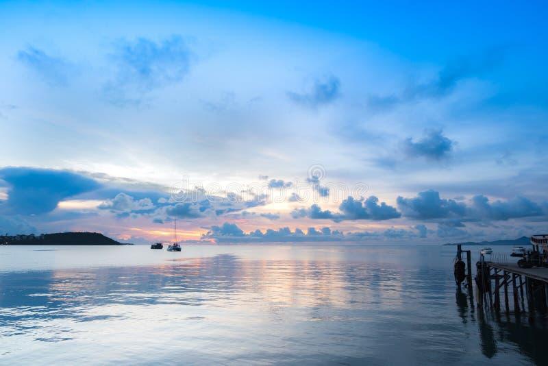 酸值在暮色日落的苏梅岛码头海景  免版税库存照片