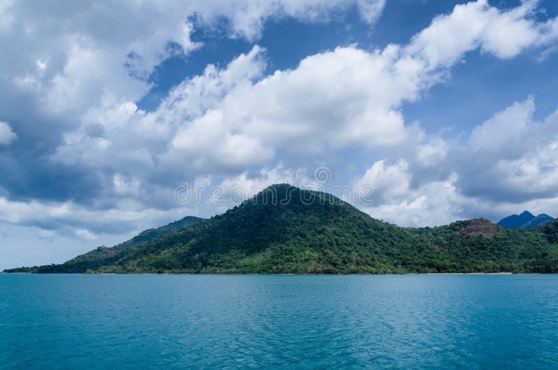 酸值张海滩、热带海岛和海视图 泰国夏天 免版税库存图片