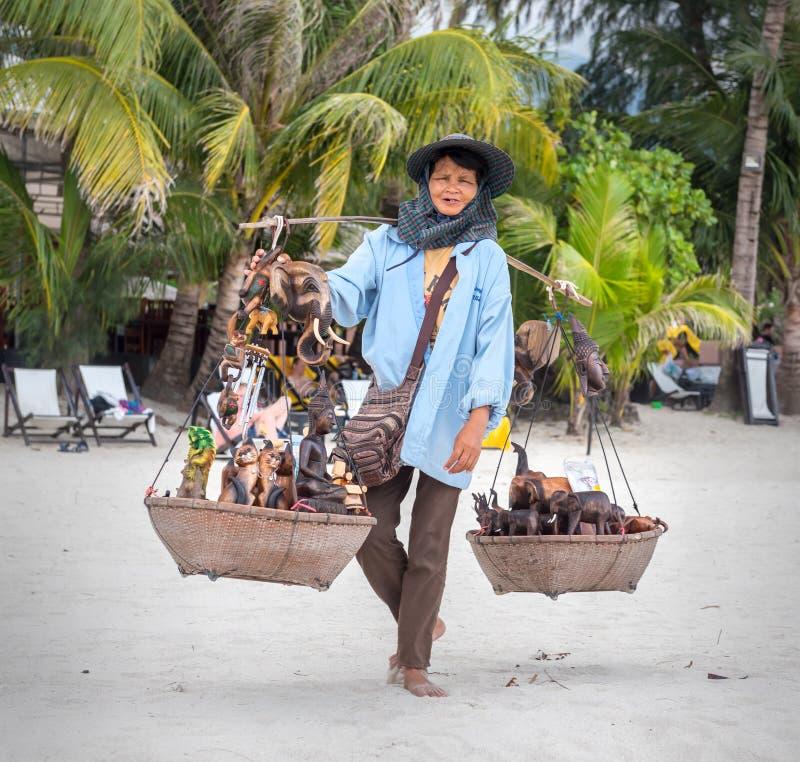 酸值张,泰国- 3月12 :海滩的一名卖主妇女 库存图片