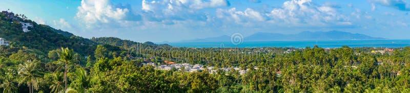 酸值苏梅岛全景风景与别墅的在密林 免版税库存图片