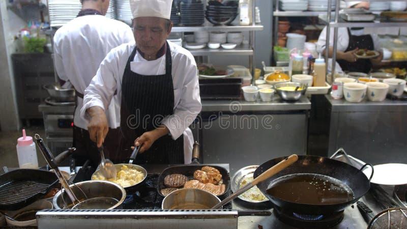 酸值苏梅岛,泰国, 20可以2018年4月 专业厨师厨师炸肉排用土豆泥搅动在平底锅的食物 厨师 库存图片
