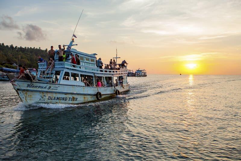 酸值陶泰国- MARCH3,2018 :接近对酸值的游船 图库摄影